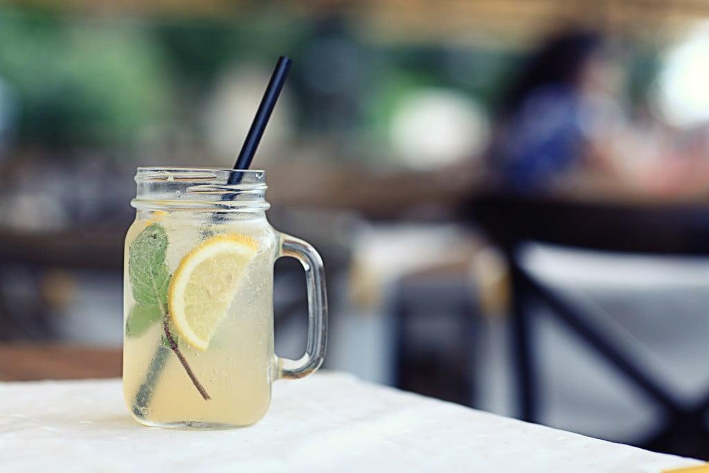 detox diets: glass of lemon juice and water