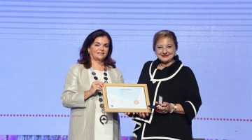 Dr Peña (L) presents the University of Sydney's Dr Betty Chaar with her fellowship of the International Pharmaceutical Federation