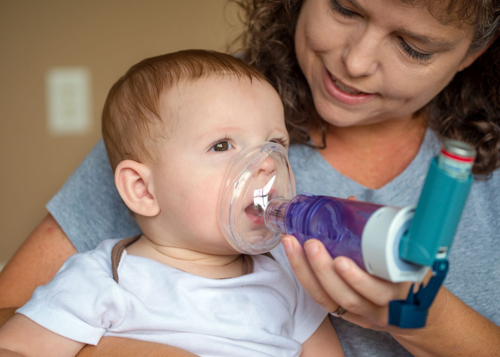 child with asthma and spacer