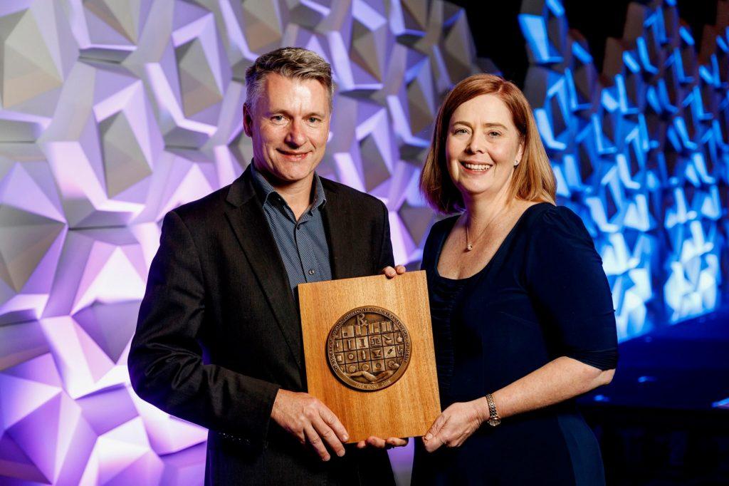 Dr Pont receives her award.